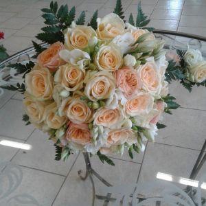 Білі троянди в букеті нареченої