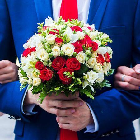 Букет нареченої з червоних та білих троянд