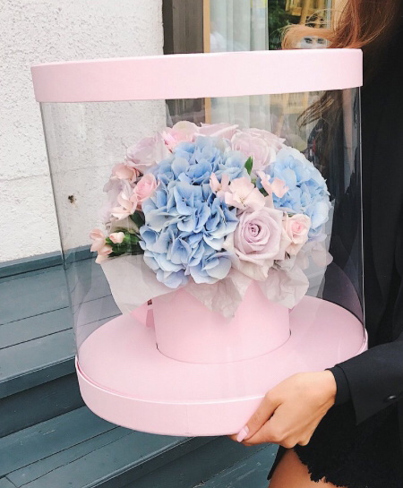 Квіти в прозорій коробці