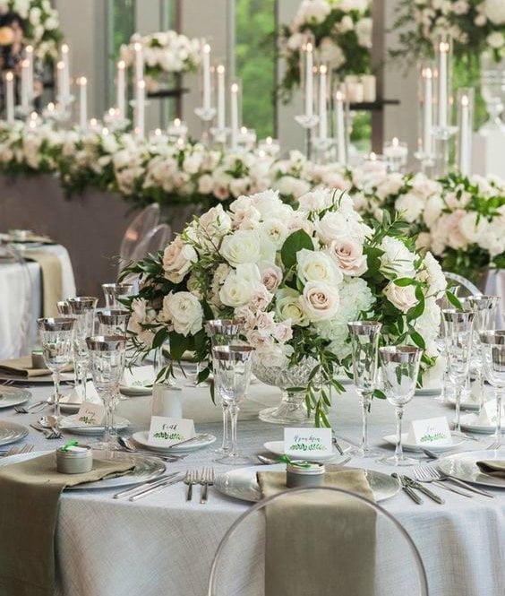 Прикрашений весільний стіл