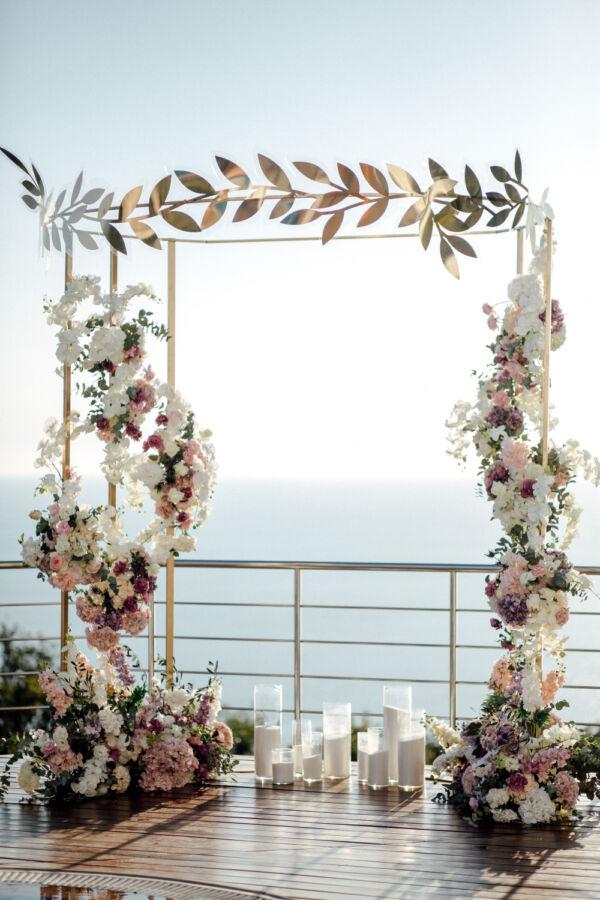 Весільна арка прикрашена квітами